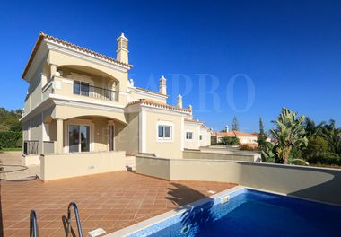 4 Bed Townhouse w/ Distant Sea Views